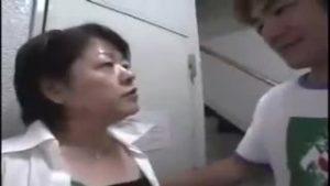 五十路(50代)のショートカットボーイッシュ熟女妻をナンパホテルに連れ込んで中出しセックス!